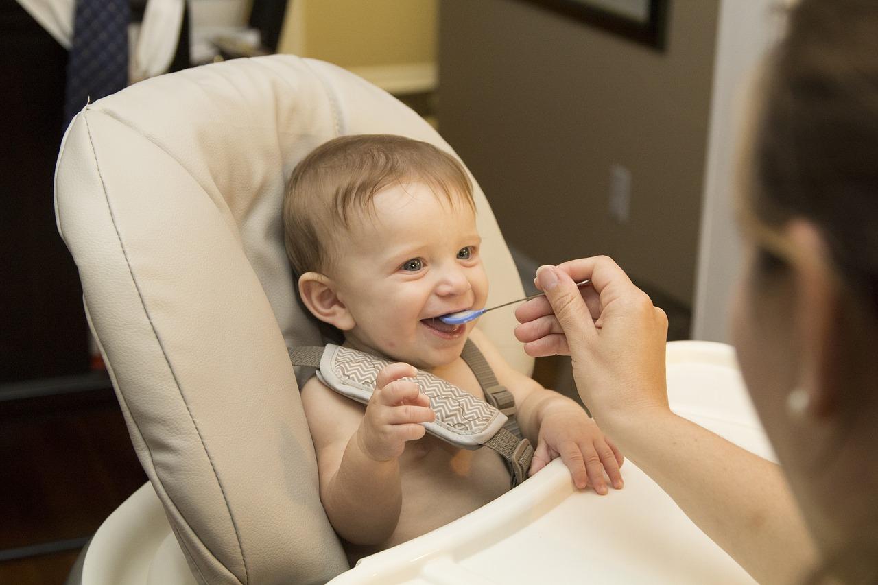 Přikrmování metodou BLW – nechte jídlo na dítěti